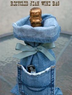 I think it's safe to say that you own at least 1 pair of denim jeans, right? Unfortunately, those jeans won't last forever. So here are 33 cool ways to reuse those denim jeans instead of just throwing them away. Wine Bag Source: My Soulful Home Diy Jeans, Jean Crafts, Denim Crafts, Jean Diy, Artisanats Denim, Denim And Diamonds, Denim Ideas, Denim Trends, Bottle Bag