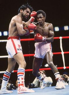 Sugar Ray Leonard fights Roberto Duran for the WBC welterweight title on June 1980 at Olympic Stadium in Montreal. Kickboxing, Muay Thai, Jiu Jitsu, Boxing Images, Professional Boxing, Mma Boxing, Boxing Live, Boxing History, Boxing Champions