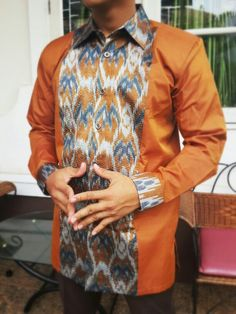 Tenun sutra sengkang Nigerian Men Fashion, Ghana Fashion, Batik Fashion, African Men Fashion, African Fashion Dresses, African Dress, Fashion Outfits, Kaftan Men, Agbada Styles