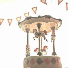 anniversaire thème carrousel manège petits chevaux Carrousel, Les Themes, Magic Shop, Snow Globes, Chandelier, Ceiling Lights, In This Moment, Style Inspiration, Home Decor