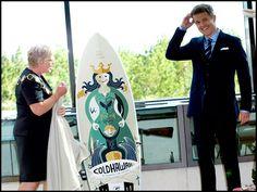 Borgmester Lene Kjelgaard Jensen overrækker HKH Kronprins Frederik et unikt surfbræt med motiver fra Thy ved indvielsen af Hummerhuset i august 2011 - Friends of Cold Hawaii.