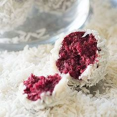 No-Bake Red Velvet Snowball Cookies that are raw, vegan, nutritious and delicious. With a hint of mint, these stunning cookies are made from healthy ingredients!
