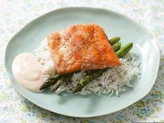 Запеченный лосось с пряным рисом басмати и спаржей | Рецепты | Кухня | Аргументы и Факты