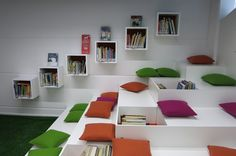 This is a very nice way that combines comfortable work/reading area and it would also make the classrooms look more inviting and colorful. This area is interestingly designed to make it stand out and grab your attention. Daycare Design, School Library Design, Kids Library, Classroom Design, Classroom Decor, Library Architecture, Interior Architecture, Interior Design, Ecole Design