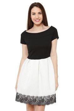 Con mucho estilo, sienta genial y es así de bonito este #vestido con #encaje. Durante el fin de semana puede ser tuyo por 20,90€
