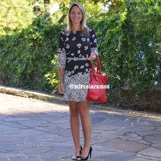 Look de trabalho - look do dia - look corporativo - moda no trabalho - work outfit - office outfit -  spring outfit - look executiva - vestido estampado - bolsa vermelha - peb - preta e Branco - black and evite - red - bolsa vermelha