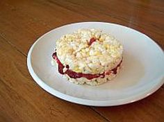 These cream cheese and jelly sandwiches are made with crispy rice cakes. The result is a delectable combination of creamy, sweet and crunchy. School lunches are the perfect time to make this cream cheese and jelly sandwich. Rice Recipes For Kids, Pinwheel Sandwiches, Back To School Lunch Ideas, Rice Cakes, Kids Meals, Jelly, Sandwich Cream, Vegetarian Recipes, Clean Eating