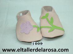 Patucos de bebé fabricados artesanalmente en auténtica piel de las mejores calidades. Original modelo compuesto de flor y tallo. Disponible en blanco y rosa. http://www.eltallerdelarosa.com/patucos-de-bebe/7-patucos-de-bebe-flor-y-tallo-rosa.html