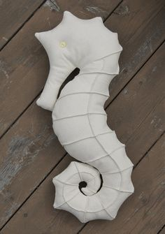 Softies + Toys We Love: Seahorse Pillow Free Pattern link | Sew Mama Sew | with link to fox pattern, too! Sewing Toys, Sewing Crafts, Sewing Projects, Craft Projects, Sewing Stuffed Animals, Stuffed Animal Patterns, Softies, Plushies, Tilda Toy