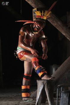 A Yawalapiti man paints his body with a mix of annatto or achiote seeds in the Xingu National Park. UESLEI MARCELINO/REUTERS Cultural Diversity, Beauty Around The World, People Around The World, Indian Project, Amazon Tribe, Amazon Rainforest, Tribal People, American Spirit, Another World