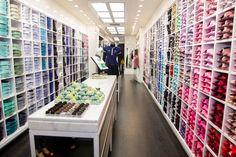 #NoVarejoPeloMundo Nesta quinta (02), foi criada uma das maiores empresas de moda do País. A Restoque, dona da Le Lis Blanc, John John e Rosa Chá, incorporou 100% das ações da @dudalinafem, formando uma empresa de R$ 1 bilhão. Juntas, as redes devem atingir 338 lojas até o final de 2014. #dudalinafeminina #novarejo #retail