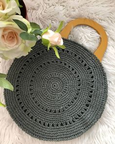 Dahiyane fikirlerimiz hiç bitmiyordu 🤗🤗💖💖 ve Crochet Tote, Crochet Handbags, Crochet Purses, Crochet Circles, Crochet Round, Crochet Mustache, Crochet Shoulder Bags, Bag Pattern Free, Purse Patterns