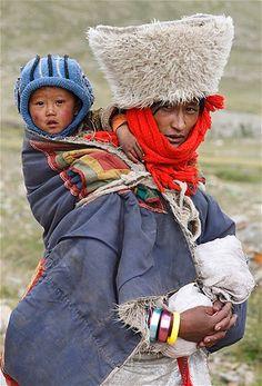 Imagen: Madre tibetana con su hijo (© Jacky Chen/Reuters)