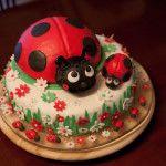 Torta di compleanno Coccinella. Realizzazione e vendita di torte decorate in polistirolo e pasta di zucchero. Contattaci per ordinare la tua torta decorata e rendere la tua festa un evento indimenticabile