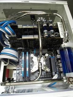 Not a fan of the blue and white theme but i'd give the looping of the chrome pipe an A+. Computer Build, Computer Workstation, Computer Setup, Computer Case, Gaming Computer, Pc Cases, Liquid Cooled Pc, Monster Pc, Pc Network