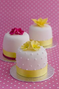 primrose and white dot mini cakes web  http://www.julietstallwoodcakesandbiscuits.co.uk
