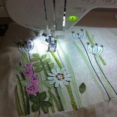 """Mit der Nähmaschine Bilder zu """"malen"""", wollte ich schon immer mal ausprobieren. Und da es heute definitiv zu heiß für Gartenarbeit ist, näh ich mir halt ein Blumenbeet... #nähen #genäht #sewing #stitching #textildesign #textilkunst #textileart #fiberart #machineembroidery #stoffreste #fabricleftovers #diy #handmade #handarbeit #applikation #applique #appliqueart #blumen #flowers #stitchedart #maschinensticken"""