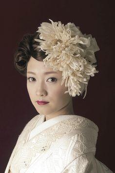 ハンドメイドの髪飾りは白無垢の生成り色に合わせた色味で。 【縁-enishi-】