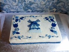 Delft Blue Dutch Themed Cake - Coming from a very dutch family I was thrilled to do a dutch themed cake. Made this to look like a delft blue serving plate. 90th Birthday Parties, Blue Birthday, Birthday Cakes, Tulip Cake, Pizza Cups, Blue Cakes, Cake Central, Cake Business, Dutch Recipes