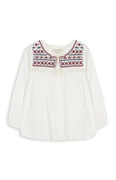 Blusa blanca con flores de niña pequeña