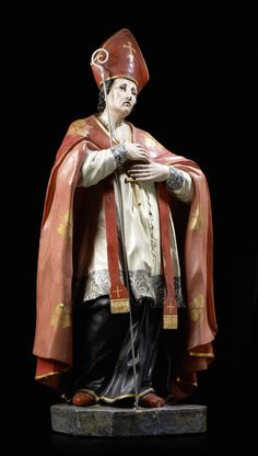 São Brás, escultura do séc. XVIII em madeira entalhada e policromada. A figura apresenta-se de pé com as mãos postas sobre o peito. Com báculo em prata.  Alt. aprox.: 88 cm.