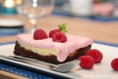 Hummingbirds brownies- and cheesecake with raspberry cream Hummingbird Bakery, Brownie Desserts, Brownie Bar, Raspberry Whipped Cream, Weird Food, Dessert Bars, Delicious Desserts, Cheesecake, Cheesecakes