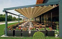 auvent de terrasse aluminium rétractable avec chaises et tables