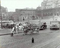 """2,344 Beğenme, 8 Yorum - Instagram'da Fotoğraflar İle Eski İstanbul (@eski_istanbull): """"1960'larda Eminönü'nde Galata Köprüsü'nün açılmasını bekleyen at arabalarıyla sakalar ve diğer…"""" Istanbul, Classic Cars, Louvre, Building, Travel, Instagram, Pictures, Viajes, Vintage Classic Cars"""