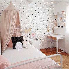 Aujourd'hui, comme chaque jeudi dans notre rubrique Shop The Room, je vous fait découvrir une belle chambre fille Polka Dot.