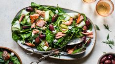 Pearls Olives - Smoked Salmon Spinach Salad This salad is packed full of delicious ingredients that are great for brain health. Clean Eating Recipes, Healthy Eating, Cooking Recipes, Healthy Recipes, Summer Recipes, Great Recipes, Favorite Recipes, Smoked Salmon Chowder, Easy Appetizer Recipes