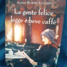 La gente felice legge e beve caffè :3