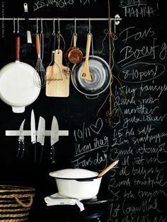 De keuken is een goede plek om schoolbordverf te gebruiken. Je kunt er je boodschappenlijstje of een lekker recept op schrijven. Voorzie een hele muur van schoolbordverf, of schilder een los bord. Het is praktisch voor je lijstjes, maar ziet er ook nog eens heel leuk uit. Klik op de foto's voor de bron. De donkere kleur van de verf geeft een mooi contrast, maar behalve zwarte verf is schoolbordverf ook in andere kleuren verkrijgbaar. Schoolbordverf staat speels en geeft de keuken een andere…