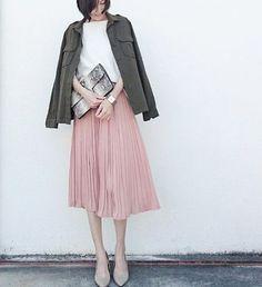 ピンクのプリーツスカート コーデ