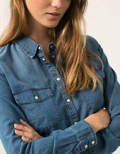 Camisa Bershka denim detalle bolsillos. Descubre ésta y muchas otras prendas en Bershka con nuevos productos cada semana