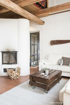 Vanhan viljamakasiinin uusi ilme. Sulo-tyynyt mukana <3 Interior And Exterior, Interior Design, Rustic Fireplaces, Recycling, Beautiful Living Rooms, Decorating Small Spaces, Home And Living, Living Room Decor, Sweet Home