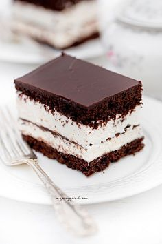 Kinder pingui cake // chocolate cake with vanilla cream and chocolate icing Fall Desserts, Cookie Desserts, Sweet Desserts, Sweet Recipes, Delicious Desserts, Cake Recipes, Snack Recipes, Dessert Recipes, Candy Cakes