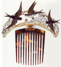 Art Nouveau combs were necessary for the pompadour hair styles of the age, as were hat pins. spentepssaros.jpg (436×480)