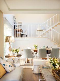 Vista de comedor y escalera con rincón de escritorio en el rellano