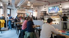 Rapha, bike and coffee shop, London  (กั้นขอบตรงกลางโต๊ะ กลายเป็นสองโต๊ะ)