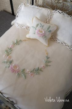 Double bed bedspread for Dolls ' house, unique model, fully sewn and hand embroidered. Nara, Double Beds, Bed Spreads, Hands, Embroidery, Sewing, Unique, Crochet Pants, Crochet Dress Patterns