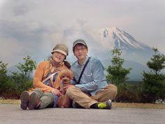 トイプードルの宙(ちゅう) くん 精進湖にて はるぴょん♪さんからの投稿です。 わんパラ八ヶ岳から残雪残る富士山五合目まで足を伸ばし、お宿に帰る前に本栖湖→精進湖 へ。偶然、富士山が見えたので三脚を立て写真を撮りました!セルフでは中々カメラ目線にな らない宙もバッチリカメラ目線に!素敵な家族写真が撮れました。