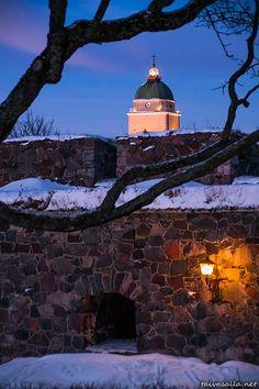 The lighthouse church of Suomenlinna fortress , Helsinki, Finland… Helsinki Things To Do, Helsinki Airport, Visit Helsinki, Kirchen, World Heritage Sites, Denmark, Night Life, Norway, Architecture