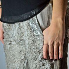 pantalon-gris-bordados-lentejuelas