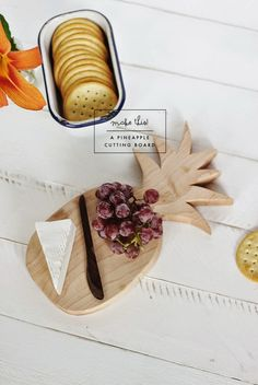Poppytalk: DIY Pineapple Cutting Board (with template) Diy Cutting Board, Wood Cutting Boards, Do It Yourself Inspiration, Craft Free, Home Crafts, Diy Gifts, Diy Furniture, Woodworking Projects, Creations