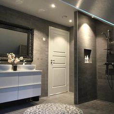 A whole bathroom covered in stone? Looks amazing Residential Interior Design, Interior And Exterior, Unique Lamps, Future House, Sweet Home, Design Inspiration, Mirror, Bathroom, Furniture