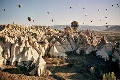 10 paisajes insólitos que parecen de otro mundo (FOTOS)  Un paisaje impresionante e incluso más increíble si se observa desde un globo. Capadocia destaca por esa formación geológica única, imposible de ver en otros puntos del planeta, fruto de los movimientos geológicos naturales durante millones de años. Forma parte de la península de Anatolia.