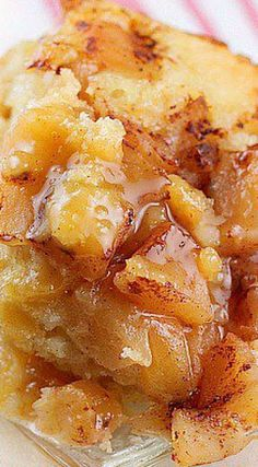 Crock Pot Apple Pudding Cake ~ Warm apples topped with cinnamon, a fluffy cake with a thick pudding flavored with orange. Crock Pot Apple Pudding Cake ~ Warm apples topped with cinnamon, a fluffy cake with a thick pudding flavored with orange. Crock Pot Food, Crock Pot Desserts, Slow Cooker Desserts, Crockpot Dishes, Apple Desserts, Köstliche Desserts, Delicious Desserts, Yummy Food, Slow Cooker Cake