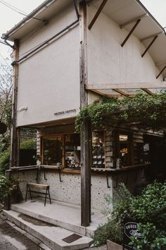 Tokyo, Japan is a city full of incredible coffee shops and cozy cafes. This guide is the ultimate list for who's pouring the best coffee in the city. Japanese Coffee Shop, Tokyo Travel Guide, Japan Travel, Asia Travel, Tokyo Shopping, Tokyo Trip, Shopping Travel, Cafe Japan, Cafe Shop Design