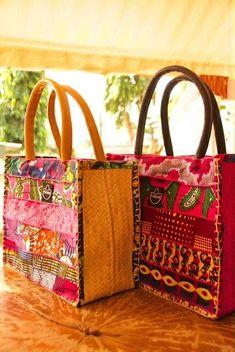 Question fringues mes couleurs favorites sont le gris, le noir, le blanc et le bleu jean, le bordeaux quelques fois... Et pourtant j'adore les couleurs qui pètent, les mélanges audacieux, les motifs psychédéliques. Les tissus africains sont magnifiques.... Fabric Handbags, Fabric Bags, Sac D'art, Ankara Bags, African Accessories, Art Bag, African Textiles, Quilted Bag, Handmade Bags