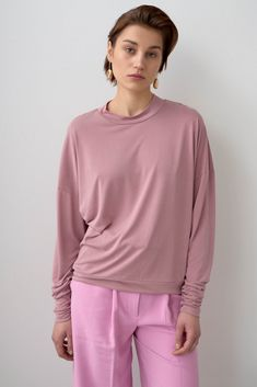 Blouse made of very soft modal fabric. The material is pleasant, cool to the touch and breathable. Simple, loose cut and a characteristic narrow, long sleeve that stops on the forearm creating a drapery.